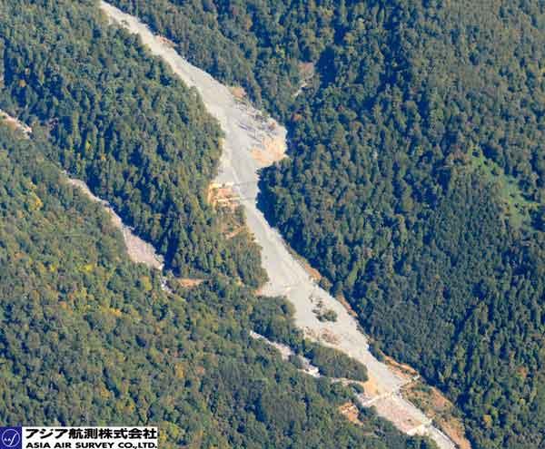 地獄谷の下流にあたる濁川で灰色の泥流状の流れが確認できた。川沿いの低い部分を流れているが、一部横に広がっているところもあるようだ。(2014年9月28日撮影)