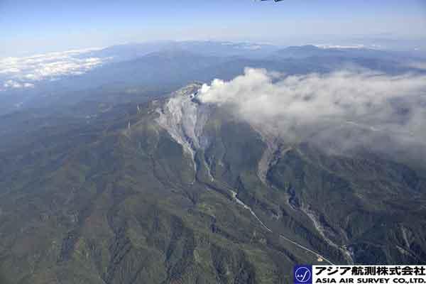 南側斜面。白川・赤川の源頭部周辺に火山灰が堆積している。(南方向より撮影)(2014年9月28日撮影)