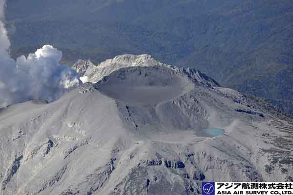 一ノ池、二ノ池周辺の降灰状況。一ノ池付近には、やや黒っぽい火山灰が堆積している。(北東方向から撮影)(2014年9月28日撮影)