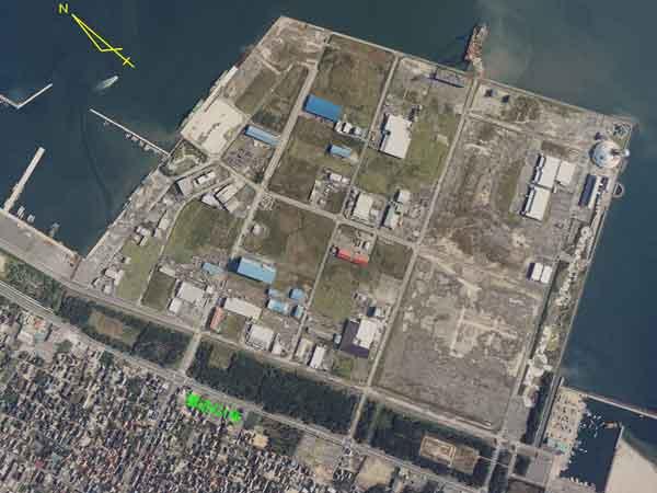 竹内団地(鳥取県境港市)の液状化:境港市北部の美保湾を埋め立てて造成された竹内団地では、広い範囲で液状化が発生した。(2000年10月7日撮影)
