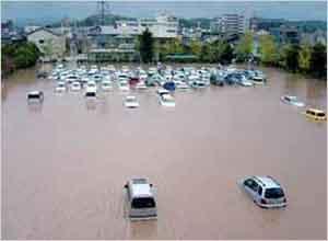 豊岡総合庁舎駐車場の浸水状況(豊岡市幸町):淡路地域では、24時間雨量が300~350mmを超える地域が島内に広く分布し、特に20日6時~18時の12時間に集中して降った。洲本における24時間雨量は317mm、3時間最大雨量で147mmに達した。 また、但馬地域においては、20日の8時~22時の間に、24時間雨量が200mmを超える雨が集中的に降った。特に、円山川の上流域にあたる出石川や奈佐川流域においては24時間雨量が250mmを超えた。 県内の被害状況は、死者26名(死因:土砂崩れ5名、水死18名、その他3名)、負傷者(重症)43名、負傷者(軽症)92名、家屋全壊783戸、半壊7,142 戸、一部損壊1,506戸、床上浸水1,745戸、床下浸水9,058戸などであった。