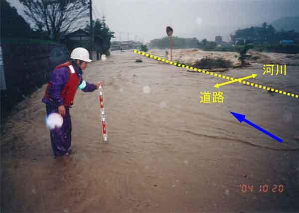 溢水はん濫状況(まんのう町常包):大型で非常に強い台風23号は、10月20日の朝にかけてその強さを増し、土器川流域において同日午後6時頃には50mm/hr以上の強い雨を記録しました。土器川流域では、川奥雨量観測所で日雨量約280㎜、祓川橋流量観測所で戦後最大の約1,040m3/sを記録しました。土器川では、護岸崩壊2か所、河岸侵食、橋脚周辺の洗掘等が多発し、まんのう町の常包橋下流付近で再び水があふれ(溢水はん濫0.2ha)、住民が自主避難しました。さらに、丸亀市では、支川はん濫による家屋浸水(床上75戸、床下142戸)が発生しました。なお、県下では床上浸水294戸、床下浸水1,486戸に及びました。