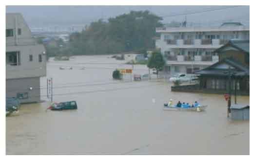 飯尾川流域のはん濫被害(吉野川市鴨島町):吉野川では平成16年8月から10月に連続して洪水が発生しました。特に平成16年10月洪水では基準地点岩津において戦後最大流量が観測され、池田から岩津の間にある無堤地区で吉野川の氾濫が発生するとともに各所で内水(河川に排水できずに氾濫した水)氾濫による被害が発生しました。なお、吉野川の被害状況は、浸水面積7,645ha、床上浸水745戸、床下浸水1,975戸(旧吉野川は浸水面積3,120ha、床上浸水139戸、床下浸水457戸)に及びました。
