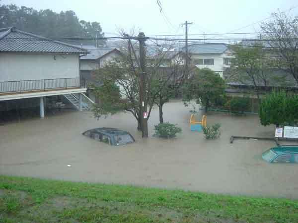 田尻地区の内水状況(平成16年10月洪水):10月13日9時にマリアナ諸島近海で発生した台風23号は、18日9時に超大型で強い勢力となって20日13時頃、大型の強い勢力で高知県土佐清水市付近に上陸した後、18時前、大阪府泉佐野市付近に再上陸した。18日から20日までの総雨量は大分で409mmを記録しました。大分県内での災害規模は死者・行方不明者1名(不明)、浸水被害1,082戸(242戸)。ただし( )は大分川流域内
