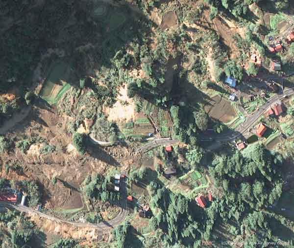 山古志村梶金地区:地すべり性の斜面崩壊による被害状況のクローズアップ(2004年10月24日撮影)
