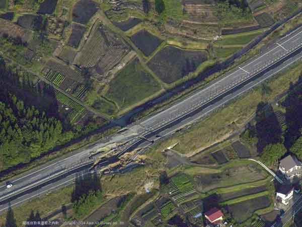 関越自動車道の被害 堀之内町:ボックスカルバートの抜け上がりと盛土崩壊により道路陥没が生じ、通行不能となっている。(2004年10月24日撮影)