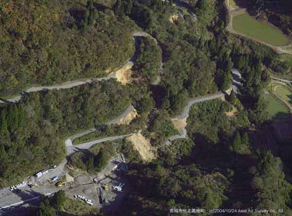 長岡市竹之高地町斜面崩壊:ヘアピンカーブの部分で地すべり性崩壊が生じている。(2004年10月24日撮影)