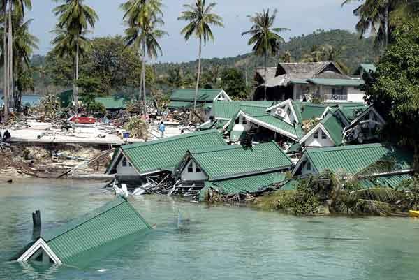 スマトラ島沖地震・インド洋巨大津波:タイ・ピピ島の被害(2004年12月28日撮影)