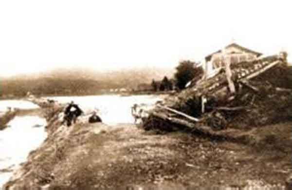 昭和9年9月室戸台風による旧倉吉中学校裏の惨状:天神川の直轄事業の契機となった観測史上最大の洪水(死者31世帯、全壊79世帯、半壊205世帯、床上浸水4,458世帯、床下浸水2,502世帯)