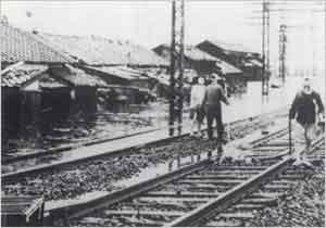 阪神蓬川鉄橋西の民家も浸水(尼崎市蓬川町付近):台風が兵庫県を通過したため、中心の通過した近傍地は特に被害甚大で、神戸以東の武川地区を含む地帯は風害を極度に受け、惨禍の影響は尚現存する程である。兵庫県中部内陸では豪雨による被害が大きく、但馬地方では豪雨のため水害がかなりあった。本被害は8月28日硫黄島付近に発生し、9月3日10時室戸岬東方20粁の洋上より、12時淡路島南方、13時神戸港付近、14時兵庫・大阪・京都の3府県境交錯点たる福住町東方、15時若狭へと進行した優勢なる勢力を持っていたジェーン台風に起因するものである。