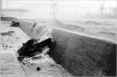 左門殿川防潮堤(尼崎市):ジェーン台風を契機に防潮堤を整備していたため、県内の浸水被害を最小限におさえることができました。これは、過去の災害を教訓にして、消防団の対応、住民の避難が適切に行われたことによると言われています。