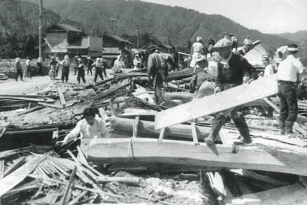 福井県永平寺町被災状況:九頭竜川本川上流の奥越地方では、14日昼頃より夜半にかけて雷を伴った強い雨が降り、1時間50mmを超す局地的な集中豪雨となりました。この台風がもたらした降雨により、九頭竜川の中角地点と布施田地点、日野川の深谷地点で計画高水位を超え、伊勢湾台風時と同程度の高水位を記録し、流失や損壊した家屋は125戸、浸水家屋は4,361戸等の被害を受けました。