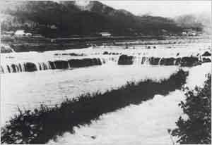 加古川二次支川多田川氾濫により水田が浸水(多可町[旧加美町]多田付近):2日から5日にかけて台風が本邦南岸沖を北東に進み、これが梅雨前線を刺激したため前線活動が活発化して、2~4日にかけて大雨を降らせた。県内では、3日夕刻から降り出した雨は、4日の8時から11時にかけて県南部地方の氷上・多可・神崎郡、西宮市一帯に1時間雨量40mmを超える局地的豪雨となった。これにより、加古川、市川、夢前川の中・上流で氾濫し、死者3名、家屋の全壊・流失23戸など、大きな被害が発生した。