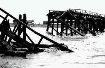 落橋した国条橋(高岡市長江):台風2号による洪水で、死者2名、負傷者2名、半壊家屋1戸、床上浸水111戸、床下浸水983戸、浸水面積1,900haの被害をもたらしました。