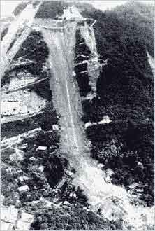 市ケ原の大崩壊(神戸市中央区葺合町):観測史上最大の時間雨量を記録し、六甲山系において2,500箇所以上の土石流やがけ崩れが発生しました。生田川上流の布引谷の市ケ原では、大規模な斜面崩壊が発生し、山麓に住む21人が家もろとも犠牲になりました。