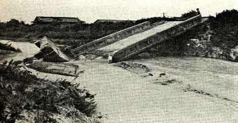 大阪府豊中市下走井橋被災状況:猪名川本川での決壊は生じませんでしたが、最明寺川(右支川)では約300m、千里川(左支川)では約350mにわたって決壊しました。浸水常襲地帯の尼崎市では、猪名川の増水と満潮時が重なったために、市内の半数近い世帯で浸水被害が生じました。被害状況は、死者2人、負傷者100人、全壊流失41戸、半壊57戸、床上浸水17,653戸、床下浸水75,779戸、田畑2,120ha冠水となりました。