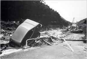 山崩の土砂にて揖保川が埋没し、住宅地に川が流路を変更し、民家や田畑が流失(宍粟市[旧一宮町]西深付近):台風は9日に沖縄の東海上を北上、10日に奄美大島の西をかすめた後、大陸の高気圧が日本海方面に張り出してきたため鹿児島の南西海上で一時迷走した。12日午後から次第に速度を速めて北上し、13日1時40分頃に長崎市付近へ上陸した。この間、兵庫県では大雨が降り続き、8日に淡路島南部で200mm、9日は淡路島南部と県南西部沿岸地域で100mm、10日には県南東部を除く全域で200mm以上、県南西部の沿岸地域では300~500mmという記録的な大雨が降った。11日は県南西部の県境付近で200~300mm、12日も引き続き県南西部で100mmという大雨が降り続いた。台風が九州に上陸した13日になって県南西部の大雨はやっと弱まったが、午後になって県中部で50~100mmの強雨が降った。この期間の総降水量は、県中部と南西部で500mm以上、家島では1,000mm以上という記録的な量に達し、大きな災害が発生した。