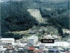 被災前:昭和51年9月の台風17号がもたらした大量の雨(総雨量は637mm)が引き金になり、宍粟郡一宮町福知地区においては、大規模な地すべりが発生し死者3名、全壊流失家屋40戸に及ぶ大災害になりました。