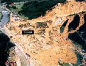 被災後:昭和51年9月の台風17号がもたらした大量の雨(総雨量は637mm)が引き金になり、宍粟郡一宮町福知地区においては、大規模な地すべりが発生し死者3名、全壊流失家屋40戸に及ぶ大災害になりました。