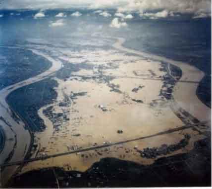 長良川右岸浸水状況:昭和51年9月に発生した台風17号と前線による記録的な豪雨により、安八郡安八町大森地先で破堤し、長良川流域で浸水戸数59,500 戸、揖斐川流域浸水戸数18,286戸という甚大な被害が発生した。