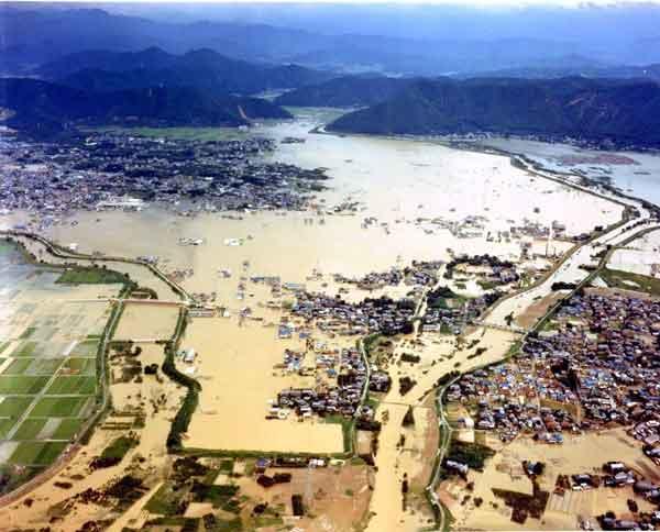 岐阜市北西部の被災状況:昭和51年9月に発生した台風17号と前線による記録的な豪雨により、安八郡安八町大森地先で破堤し、長良川流域で浸水戸数59,500 戸、揖斐川流域浸水戸数18,286戸という甚大な被害が発生した。