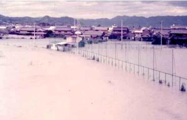昭和51年9月台風17号による小田川内水氾濫状況:高梁川において、死者・行方不明者18名、全半壊14戸、床上浸水1,185戸、床下浸水1,461戸の被害が発生