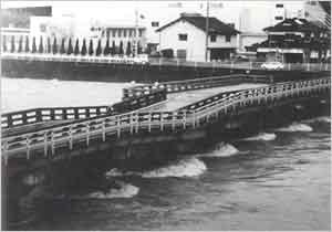歪曲した円山川にかかる東河橋(朝来市[旧和田山町]玉置):本州南方海上を北上した台風は、17日0時頃、高知県室戸市付近に上陸した。上陸後は速度を速めながら北北東進し、4時過ぎには明石市付近に再上陸し、近畿地方を通って、9時過ぎに能登半島、18時過ぎには青森と秋田県境付近に進んだ。兵庫県内では16日早朝から雨が降り始めて、夕方から北部を中心に強まり、夜半前には県内全般で強雨となった。この強雨は17日早朝から次第に弱まってきた。また、風は16日昼頃から次第に強まり、県南西部地方で10~20m/sの風が吹き続いたが、17日夕方には弱まった。この台風の影響で、兵庫県内各地で浸水や冠水被害が発生し、また、内海の定期航路が欠航となったほか、大鳴門橋も一時通行止めとなった。
