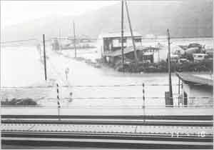 冠水した県道藤井上石線(豊岡市[旧日高町]上石):本州南方海上を北上した台風は、17日0時頃、高知県室戸市付近に上陸した。上陸後は速度を速めながら北北東進し、4時過ぎには明石市付近に再上陸し、近畿地方を通って、9時過ぎに能登半島、18時過ぎには青森と秋田県境付近に進んだ。兵庫県内では16日早朝から雨が降り始めて、夕方から北部を中心に強まり、夜半前には県内全般で強雨となった。この強雨は17日早朝から次第に弱まってきた。また、風は16日昼頃から次第に強まり、県南西部地方で10~20m/sの風が吹き続いたが、17日夕方には弱まった。この台風の影響で、兵庫県内各地で浸水や冠水被害が発生し、また、内海の定期航路が欠航となったほか、大鳴門橋も一時通行止めとなった。