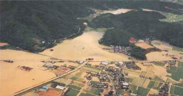 平成2年9月台風19号による瀬戸内市(旧長船町)浸水状況:吉井川において、全半壊流失5戸、床上浸水1,491戸、床下浸水4,694戸の被害が発生
