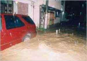 千種川周辺地域の被害状況:21日にグアム島の西南西海上で発生した台風は、発達しながら北西に進み、26日に強い勢力で沖縄本島と宮古島の間を通過した。27日に東シナ海でほとんど停滞した台風は、その後進路を北東に変えて進み、29日8時半頃、暴風域を伴って鹿児島県串木野市付近に上陸、その後、20時半頃に大阪市付近に再上陸した。兵庫県内では、播磨南西部、播磨北西部、播磨南東部、淡路島、但馬北部などの各地で暴風を伴った記録的な豪雨を観測した。最大時間雨量は、淡路市(郡家)で89mm、明石市(明石)で84mm、淡路市(志筑)で83mmの猛烈な雨を記録し、最大24時間雨量では、相生市(相生)で334mm、南あわじ市(諭鶴羽)で300mm、淡路市(志筑)では283mmを記録した。兵庫県内の被害状況は、負傷者(軽症)7名、家屋全壊10戸、半壊453戸、一部損壊107戸、床上浸水545戸、床下浸水3,431戸などであった。