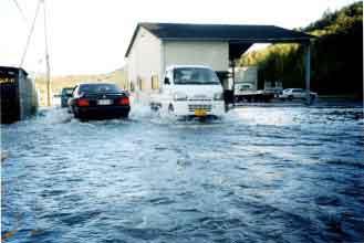 兵庫県たつの市新宮町浸水被害状況:9月21日3 時にグアム島の西南西海上で発生した台風21号は、発達しながら北西に進み、26日に強い勢力で沖縄本島と宮古島の間を通過しました。27日に東シナ海でほとんど停滞した台風は進路を北東に変えて進み、29日8時半頃、暴風域を伴って鹿児島県串木野市付近に上陸しました。15時過ぎ、高知県宿毛市付近に再上陸した後、20時半頃、大阪市付近に再上陸し、北陸、東北地方を通って、30日12時に三陸沖で温帯低気圧となりました。揖保川流域では、29日6時頃から雨が降り始め、上流の引原では189㎜、中流の神戸では134㎜、下流の龍野では187㎜の日雨量となり、龍野地点で最高水位3.04m、最大流量2,228m3/sを記録しました。支川栗栖川において、観測値では既往最大となる流量(東栗栖観測所:271m3/s)を記録し、たつの市新宮町では堤防越流により浸水被害が発生しました。被害状況は、農地・宅地の浸水10ha、浸水家屋476戸(床上:49戸、床下:427戸)の他、河川管理施設等公共土木施設にも被害をもたらし、被害総額は561百万円に及びました。
