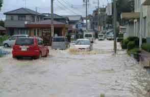伊勢市辻久留地先 浸水状況:各地で記録的な雨量を観測し、土砂災害が頻発したため死者・行方不明が7人となった。宮川中流部の無堤部から越水し、被災家屋数 303戸、浸水面積 174haなどの甚大な被害が発生した。
