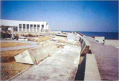 淡路交流の翼港の被災状況:30日5時すぎに山口県に上陸し、四国や中国地方を暴風域に巻き込みながら北北東に進み日本海へ抜けました。姫路港、江井港、家島港では、昭和40年台風23号以来の高い潮位を記録し、最高潮位となりました。高い潮位が長時間続いたこともあり、江井港、相生港などで、多大な浸水被害を受けました。