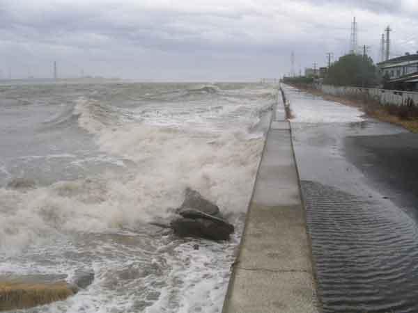 平成16年8月台風16号による高梁川の高潮越波状況:高梁川において、既往最高潮位を記録(床下浸水17戸)