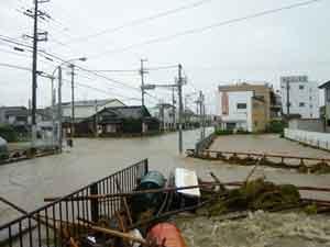 志筑川:平成23年9月13日に日本の南海上で発生した台風15号は、20日に種子島の南東海上を北東へ進み、21日には速度を上げながら和歌山県潮岬沖を通過し、同日14時頃に静岡県浜松市付近に上陸した。一方、西日本には前線が停滞しており、前線に向かって南から暖かく湿った空気が流れ込んでいた。この前線や台風を取り巻く雨雲の影響で、兵庫県内でも淡路島を中心に、各地で大雨となった。このため、最大時間雨量は、淡路市(志筑)で77mm、南あわじ市(榎列)で75mm、洲本市(都志)で65mmを記録した。また、最大24時間雨量は、淡路市(志筑)で428mm、洲本市(洲本)で373mm、南あわじ市(榎列)で335mmを記録した。兵庫県内の被害状況は、死者1人、負傷者18人、床上浸水190戸、床下浸水441戸などであった。