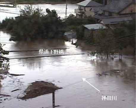 下条霞の浸水状況(平成23年台風15号):台風第15 号の影響により、豊川流域において大雨となった。愛知県新城市の布里雨量観測所では、 9月21日10時から11時の1時間に41mmを記録し、9月21日23時までの降り始めからの累加雨量は382mmを記録した。また、石田水位観測所において、氾濫危険水位(7.30m)を約1時間にわたって超過し、ピーク水位は7.61mを記録した。これは、戦後最大洪水となった昭和44年8月洪水に次ぐ第2位の洪水規模となり、家屋浸水は、約31棟に及んだ。