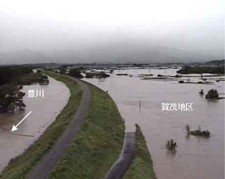 賀茂霞の浸水状況(平成23年台風15号):台風第15 号の影響により、豊川流域において大雨となった。愛知県新城市の布里雨量観測所では、 9月21日10時から11時の1時間に41mmを記録し、9月21日23時までの降り始めからの累加雨量は382mmを記録した。また、石田水位観測所において、氾濫危険水位(7.30m)を約1時間にわたって超過し、ピーク水位は7.61mを記録した。これは、戦後最大洪水となった昭和44年8月洪水に次ぐ第2位の洪水規模となり、家屋浸水は、約31棟に及んだ。