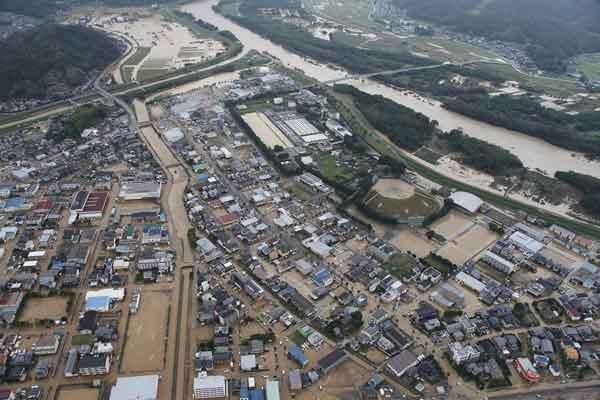 京都府福知山市内水被害状況:8月15日から17日明け方にかけて、京都府では停滞する前線に向かって南から暖かく湿った空気が流れ込み、大気の状態が非常に不安定となり、局地的に雷を伴った猛烈な雨が降りました。由良川流域では、多いところで、300mmを超える総雨量を観測し、福知山観測所では、16日6時から17日8時にわたって雨が降り続き、17日5時10分に最高水位6.48mを記録しました。この降雨により、福知山市域で床上浸水1,155戸、床下浸水1,296戸、舞鶴市域で道路冠水11箇所などの被害が発生しました。