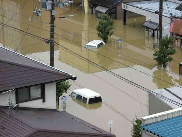 福知山河川国道事務所付近被害状況:8月15日から17日明け方にかけて、京都府では停滞する前線に向かって南から暖かく湿った空気が流れ込み、大気の状態が非常に不安定となり、局地的に雷を伴った猛烈な雨が降りました。由良川流域では、多いところで、300mmを超える総雨量を観測し、福知山観測所では、16日6時から17日8時にわたって雨が降り続き、17日5時10分に最高水位6.48mを記録しました。この降雨により、福知山市域で床上浸水1,155戸、床下浸水1,296戸、舞鶴市域で道路冠水11箇所などの被害が発生しました。