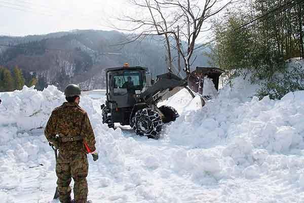 列島各地に再び大雪 集落の孤立相次ぐ(陸上自衛隊提供)