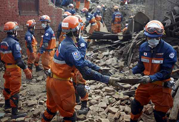 ネパールでM7.8の地震 日本の救援隊も捜索続ける