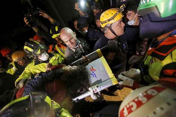 ネパールでM7.8の地震 127時間ぶりに女性救出