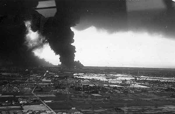 17日13時頃ヘリコプターより 右側煙の中の白い点は火災のほのう(撮影日時:1964年6月17日13:00)