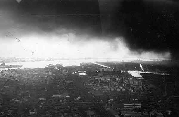 東新潟 中央埠頭付近 17日13時5分頃ヘリコプターより(撮影日時:1964年6月17日13:05)