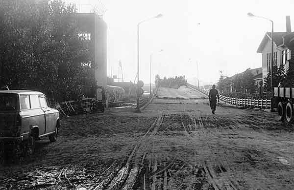 東新潟側(17日17時30分頃)自衛隊による補修作業(撮影日時:1964年6月17日17:30)