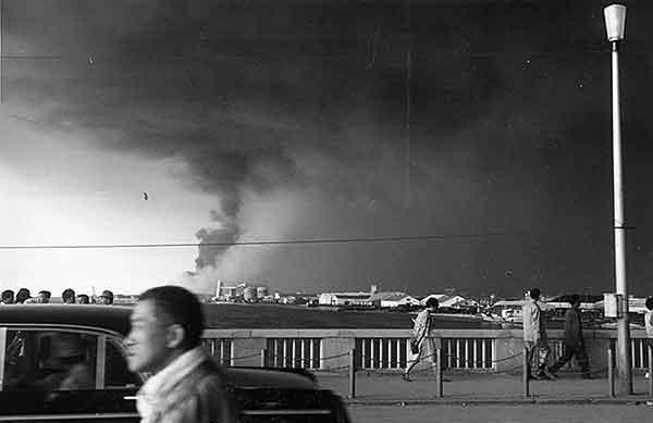 万代橋から河口を望む。昭和石油の消火作業中左側は白煙になりつつある。17日17時頃(撮影日時:1964年6月17日17:00)