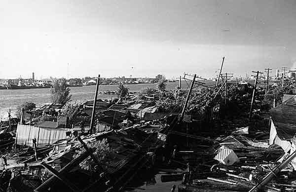 万代橋たもとの付近(17日18時) 堤防護岸は全く見えない(撮影日時:1964年6月17日18:00)