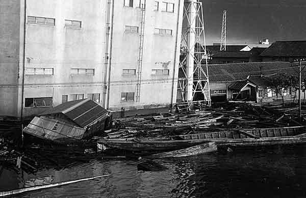 万代橋たもと 上流右岸(撮影日時:1964年6月17日18:00)