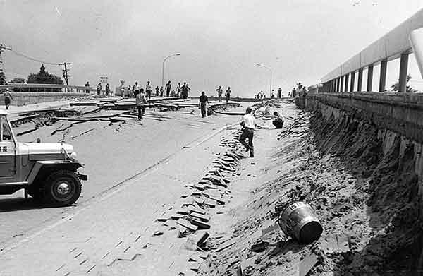 取付道路の陥没(撮影日時:1964年6月18日)