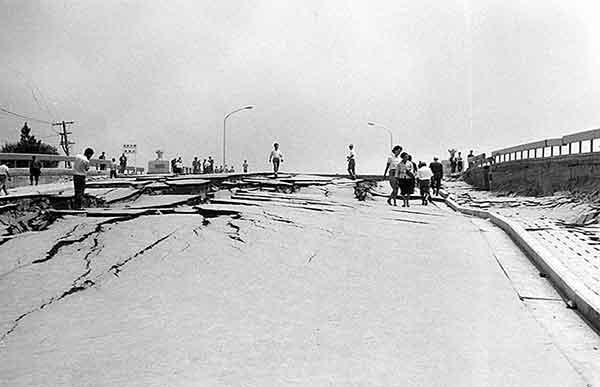 取付道路 アスファルトの地割れ(撮影日時:1964年6月18日)
